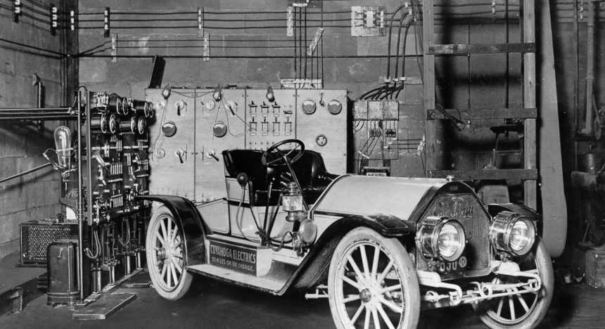 Electric car from 1910 is charged in the garage using a mercury-arc rectifier charging set. Image: Schenectady Museum; Hall of Electrical History Foundation/Corbis