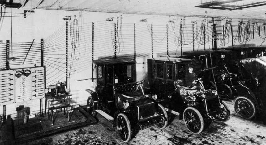 Charging hall: electric cars are recharged in a charging hall from 1909. Image: Schenectady Museum; Hall of Electrical History Foundation/Corbis
